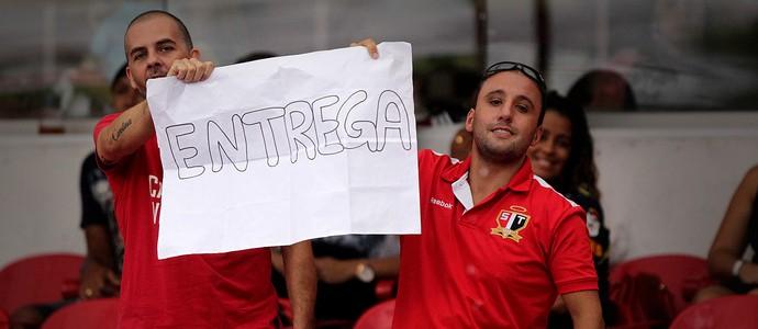 torcida são paulo cartaz entrega (Foto: Márcio Fernandes / Agência Estado)
