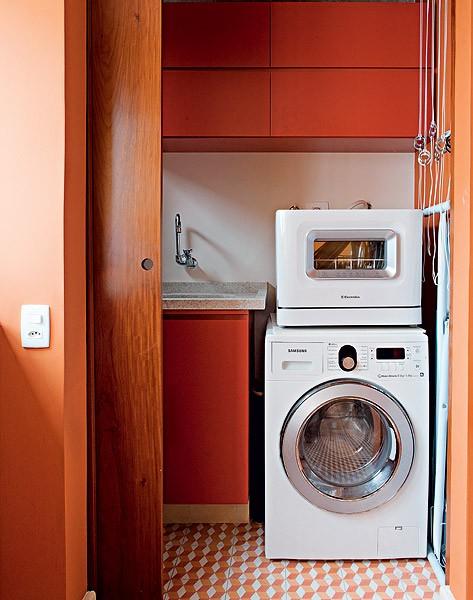 Dotada de janela com vista, a área de serviço original passou a integrar a cozinha. E o banheiro de serviço virou lavanderia – um cubículo, na verdade, mas suficiente para o rapaz que vive sozinho. Projeto do arquiteto Gustavo Calazans (Foto: Lufe Gomes/Casa e Jardim)