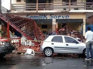 Estrutura do telhado desabou em cima de clientes (Foto: Maurício Marques/TV TEM)