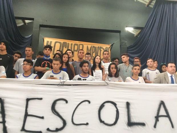Alunos do Colégio Estadual Prefeito Mendes Moraes, o primeiro a ser ocupado no Rio (Foto: Gabriel Barreira / G1)