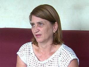 A dona de casa Joana D'arc tenta há 4 anos matricular o filho autista em uma escola de ensino regular em Ribeirão Preto, SP (Foto: Valdinei Malaguti/ EPTV)