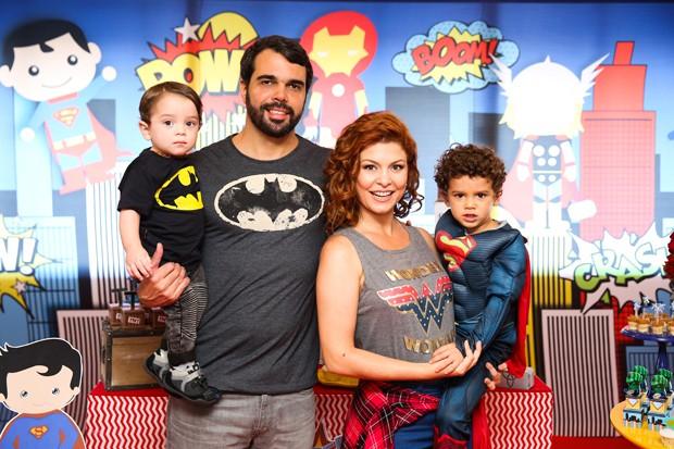 Pedro Delfino e Bárbara Borges com os filhos Theo e Martin (Foto: Brunno Carone/ Mukua Kids/ Divulgação)