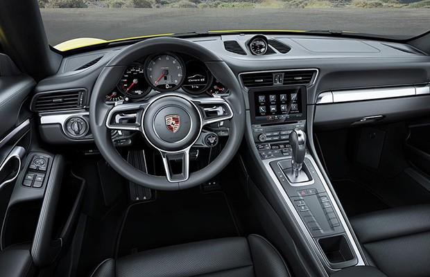 Painel do novo 911 Turbo S mudou pouco, basicamente volante e central multimídia (Foto: Divulgação)