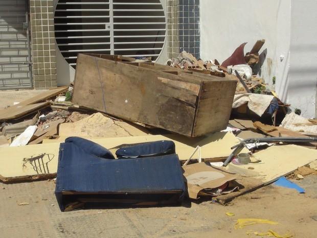 Lixo e entulho são jogados em cima de calçada impedido a passagem de pedestres (Foto: Michelle Farias/G1)