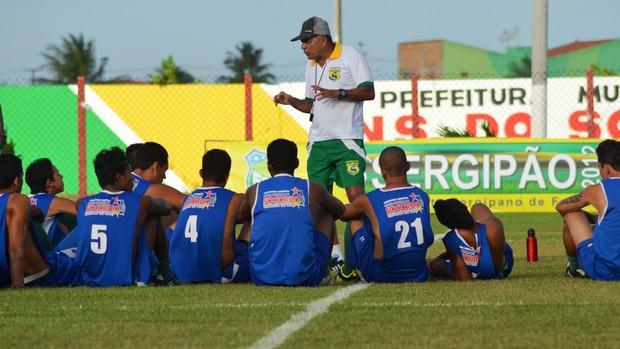 Edmilson orienta os jogadores para o jogo contra o Olímpico (Foto: Felipe Martins/GLOBOESPORTE.COM)