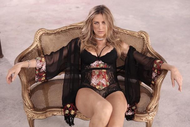 Luana Piovani posa para ensaio de lingerie (Foto: Reprodução/Facebook)
