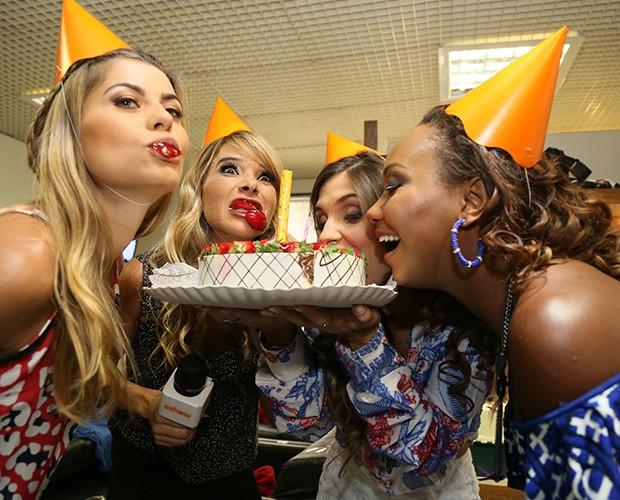 Brincalhona, Dany se diverte com a torta (Foto: Carol Caminha / Gshow)