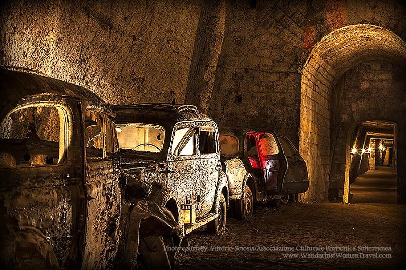 Carros da época da Segunda Guerra Mundial foram abandonados nos túneis (Foto: Divulgação/Associazione Culturale Borbonica Sotterranea)
