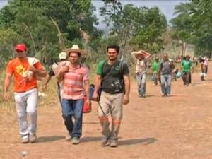 Parte dos garimpeiros já começou a deixar a Serra da Borda (Foto: Reprodução / TVCA)