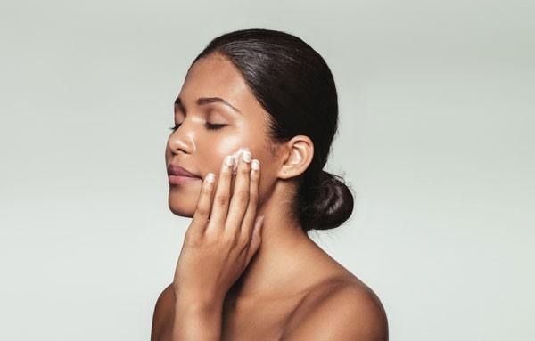 Ao aplicar hidratante, faça movimentos circulares massageando a pele para ter uma melhor absorção (Foto: Thinkstock)
