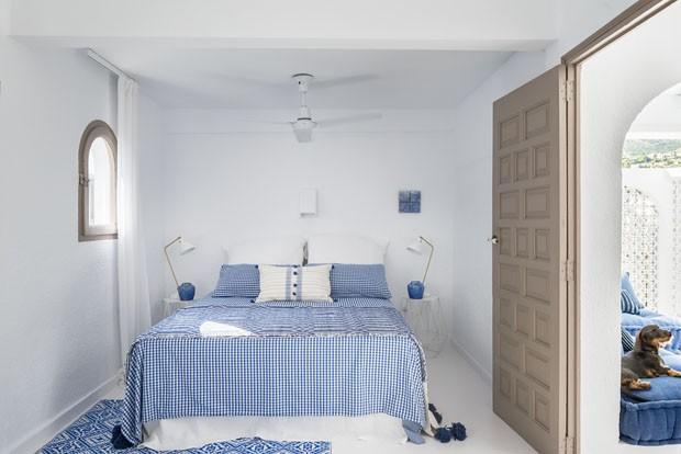 Branco e materiais naturais se destacam em casa em vila de pescadores (Foto: Divulgação)