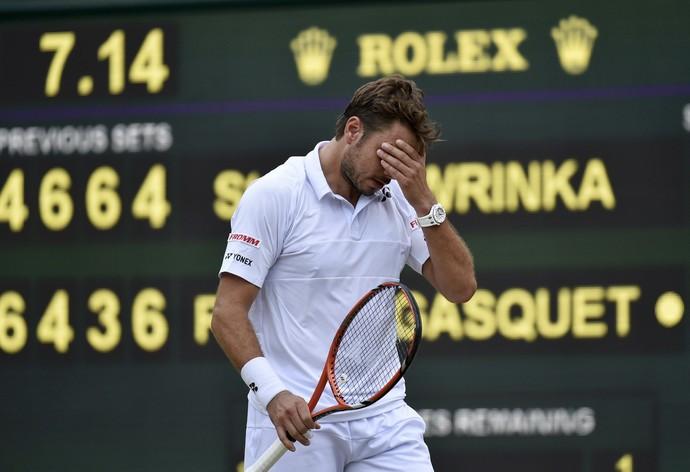 Stan Wawrinka lamenta ponto perdido para Richard Gasquet em Wimbledon 2015 (Foto: Reuters)