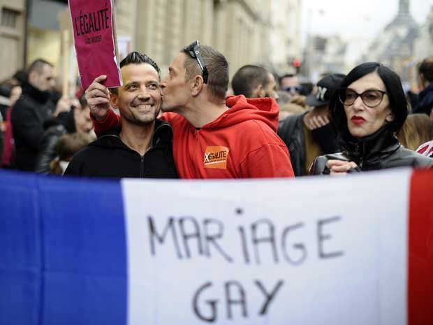 Imagem de dezembro de 2012, em Paris, mostra manifestação pela aprovação do casamento gay na França. (Foto: Lionel Bonaventure / AFP Photo)
