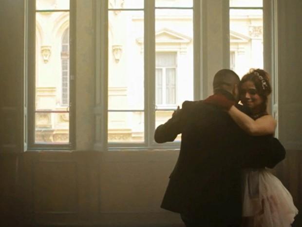 Sabrina Petraglia e o compositor e cantor Chris Dortas (Foto: Clipe 'Em meio a tudo')