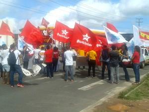Manifestantes bloqueiam trânsito na avenida Beira-Mar, em São Luís (MA) (Foto: Danilo Quixaba)