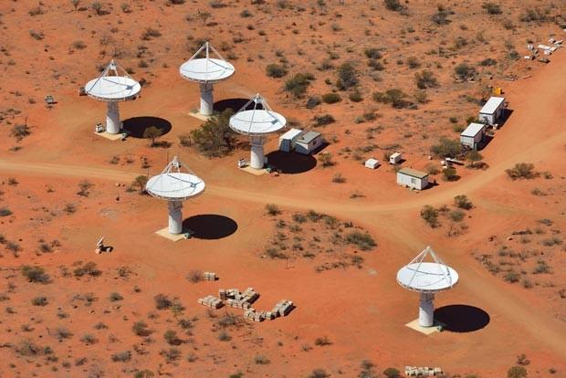 Antenas do radiotelescópio implantado na Austrália (Foto: Dragonfly Media/Csiro/AFP)