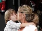 Adriane Galisteu dá selinho no filho em evento em São Paulo