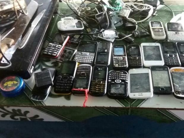 Ao todo, 20 celulares foram apreendidos (Foto: Divulgação/Polícia Militar)