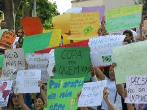 Placas de manifestantes em Coimbra, Portugal (Foto: Rômullo Carvalho da Silva/VC no G1)