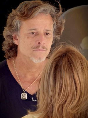 Max não acredita na versão da megera (Foto: Avenida Brasil / TV Globo)