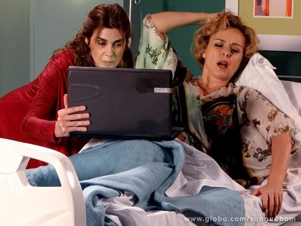 Bárbara Ellen recebe uma mensagem de Tina (Foto: Sangue Bom / TV Globo)