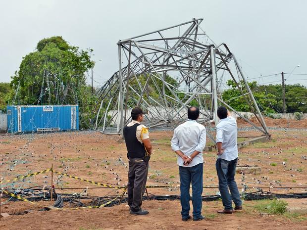 Técnicos da Energisa foram ao local para descobrir o que derrubou a árvore de luz (Foto: Walter Paparazzo/G1)