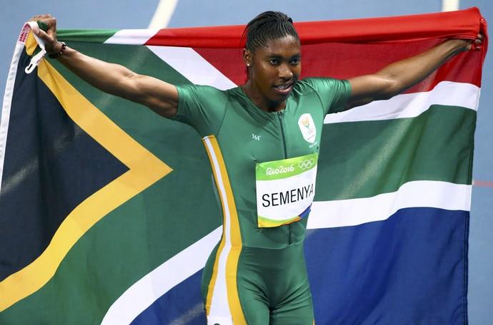 Sul-africana Caster Semenya comemora a conquista do ouro nos 800m no Rio (Foto: Reuters)