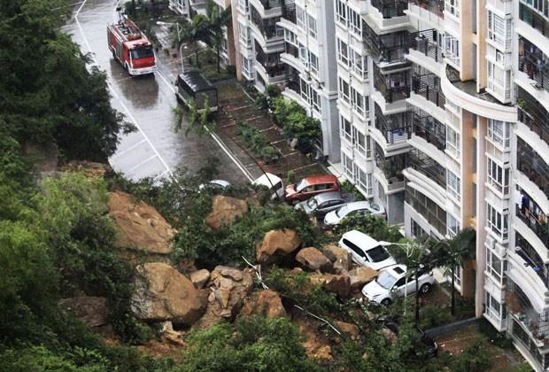 Carros que estavam parados no estacionamento de um conjunto residencial em Zhuhai, na província de Guangdong, na China, foram soterrados por pedras gigantes que rolaram de uma encosta. O desmoronamento aconteceu nesta quarta-feira (22). Não há informações sobre feridos. Duas pessoas morreram na região desde sábado (18) devido às fortes chuvas. (Foto: Reuters)