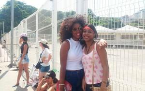 Natalia e amiga esperaram quatro horas para abertura de portões (Foto: Juliana Almirante/ Gshow)