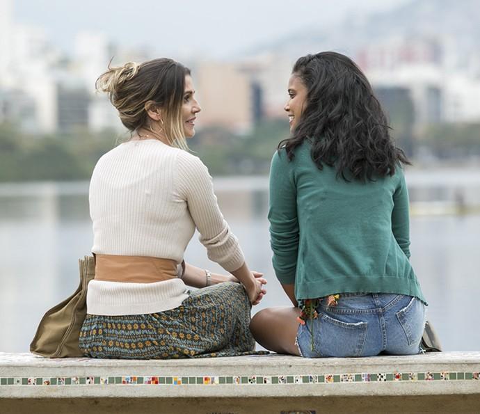 Tânia desconversa quando Joana pergunta pelo pai (Foto: Raphael Dias / Gshow)