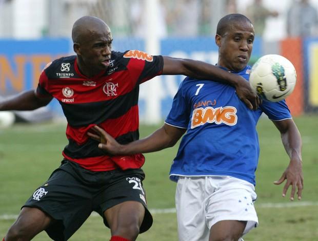 Marllon do Flamengo e Borges do Bruzeiro (Foto: Paulo Fonseca / Futura Press)