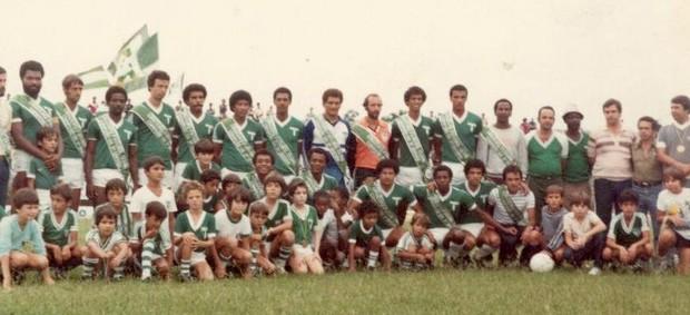 Jogadores do Cruzeiro Futebol Clube, campeão da terceira divisão Paulista em 1981 (Foto: Arquivo pessoal)