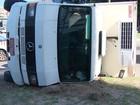 Caminhão tomba após batida com carro; fotos (Reprodução / TV Bahia)