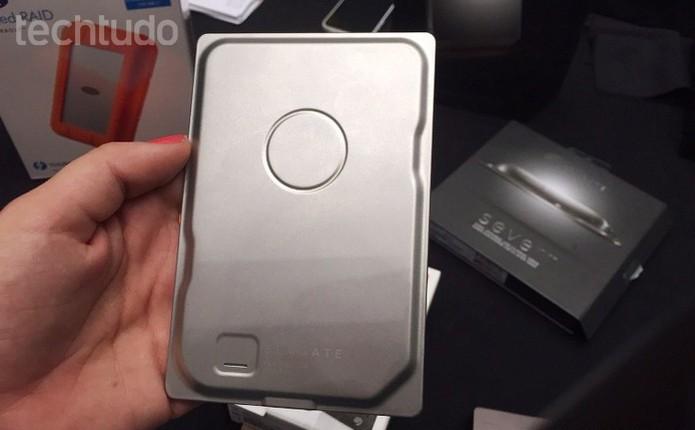 HD externo da Seagate possui somente 7 mm de espessura (Foto: Laura Martins/TechTudo)