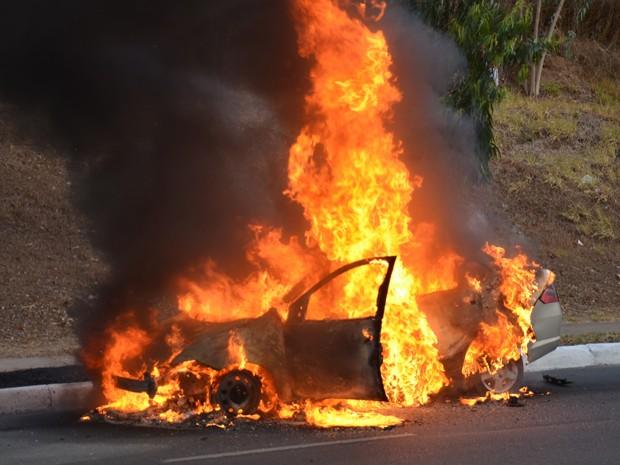 Carro pega fogo na Avenida Beira Rio em João Pessoa (Foto: Walter Paparazzo/G1)
