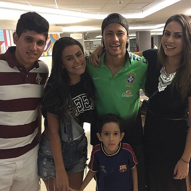 Alinne Rosa com a família e Neymar em Salvador, na Bahia (Foto: Instagram/ Reprodução)