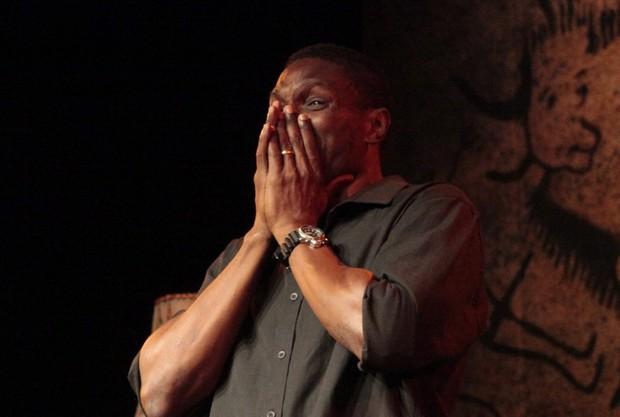 Jacaré se emociona após estreia do seu primeiro monólogo no Rio (Foto: Isac Luz/EGO)
