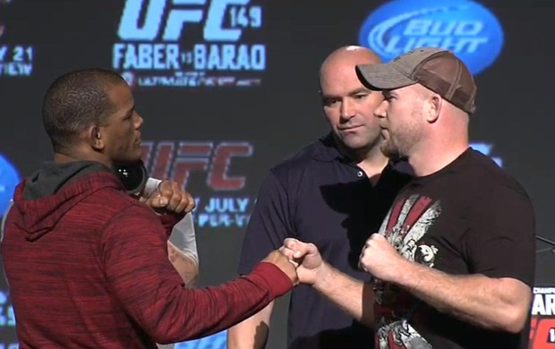 Hector Lombard e Tim Boetsch se encaram, na coletiva do UFC 149 (Foto: Reprodução/Youtube)