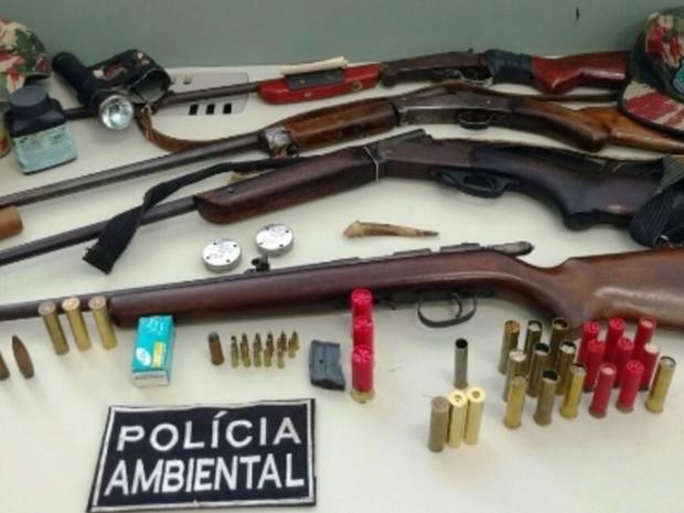 Cinco armas de fogo foram encontradas em uma casa  (Foto: SSPDS)