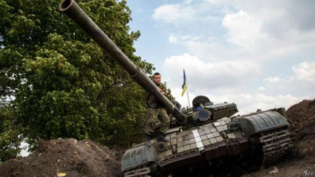 Soldado ucraniano em tanque posicionado no leste do país: confrontos com rebeldes separatistas têm se intensificado (Foto: AFP)