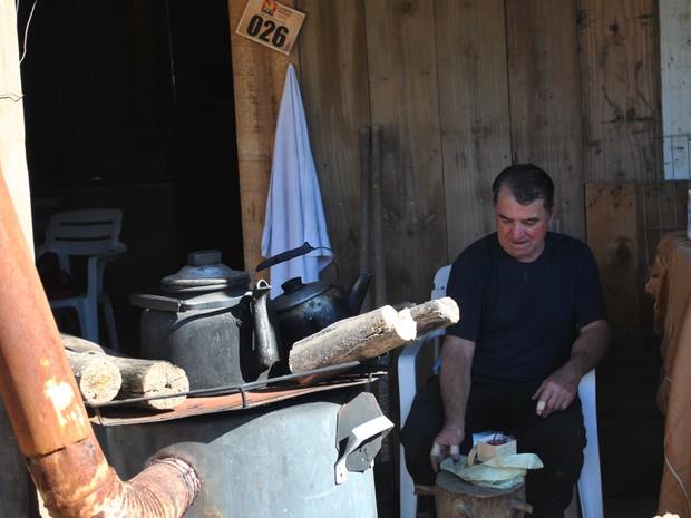 Fogão a lenha e churrasco de chão são os segredos da culinária produzida no Acampamento Farroupilha de Porto Alegre (Foto: Luiza Carneiro/ G1)