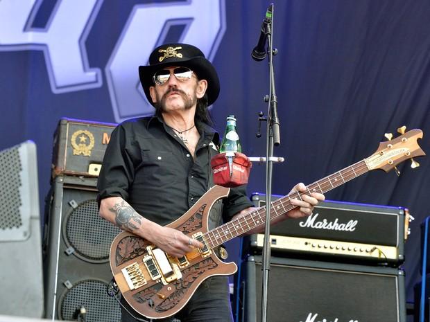Foto de arquivo tirada em junho de 2015 mostra o baixista líder do Motorhead, Lemmy Kilmister durante show na França (Foto: Georges Gobet/AFP)