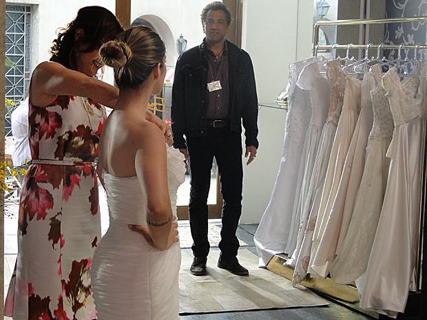 Bianca experimenta o vestido de noiva (Foto: Salve Jorge / TV Globo)
