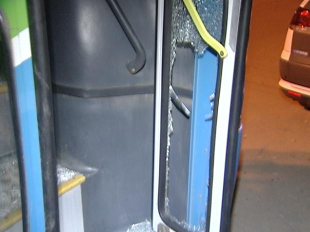 Vidro da porta dianteira do ônibus foi quebrado. (Foto: Reprodução/TV Gazeta)