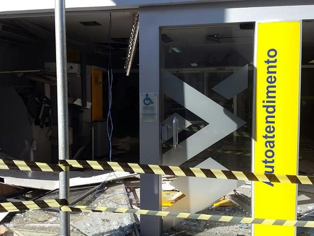 Fachada da agência ficou destruída pela explosão (Foto: Adriano Sabino Barbosa)