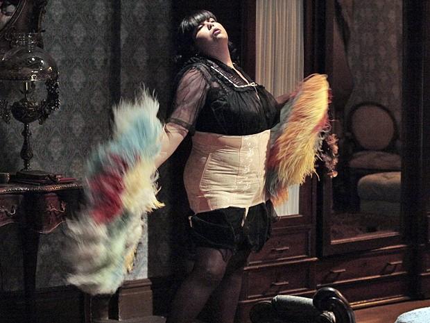 Olga aparece com leques gigantes para surpreender Tonico à noite (Foto: Gabriela / TV Globo)