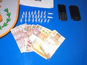 Cápsulas de cocaína apreendidas com a suspeita (Foto: Divulgação/Polícia Militar)