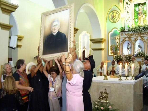 Retrato de padre Cícero foi conduzido por fiéis até a igreja de Juazeiro do Norte (Foto: TV Verdes Mares/Reprodução)