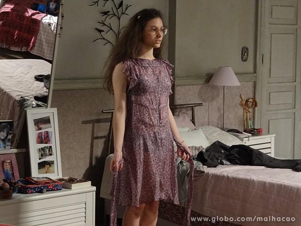 Micaela é tão desajeitada que veste o vestido ao contrário (Foto: Malhação / TV Globo)