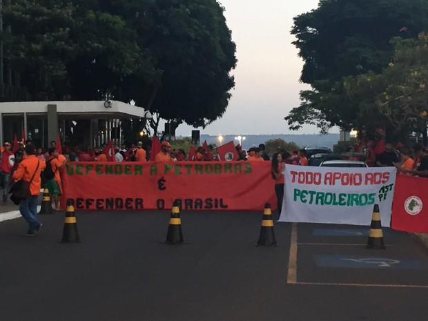 Integrantes de protesto com faixas em apoio à Petrobras (Foto: Polícia Militar/Divulgação)